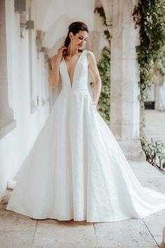 Erhältlich ist dieses Hochzeitskleid bei Steinecker in Randegg, Graz, Salzburg und Wien. Wedding Scrapbook, Salzburg, Wedding Dresses, Fashion, Bride Groom, Dress Wedding, Marriage Dress, Graz, Nice Asses