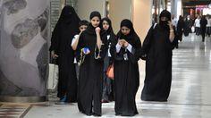 Eine Gruppe von jungen Frauen in einer Einkaufspassage in der saudischen Hauptstadt Riad (dpa / picture alliance / Maxppp)