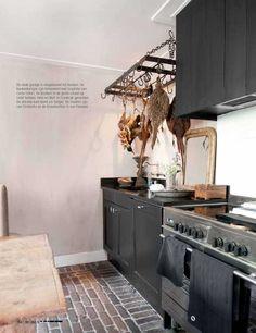 Leuk idee! Het idee van je buitenterras door te trekken naar je keuken door op de grond in de keuken ook buitenklinkers te leggen. Een mooi voorbeeld hiervan is te vinden in de binnenkijkreportage in bij onze dealer de Violier at Home in het blad Wonen Landelijk Stijl april-mei 2013