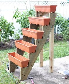 Jardim Vertical – DIY * Decoration and Invention *: Vertical Garden – DIY Diy Garden, Garden Projects, Garden Landscaping, Garden Farm, Diy Projects, Garden Web, Shade Garden, Landscaping Ideas, Garden Posts