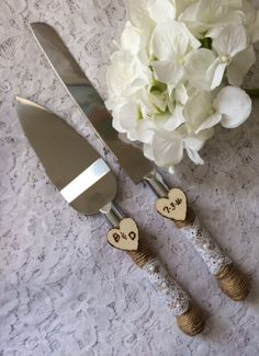 This burlap cake knife and server set will be a charming addition to your rustic, beach, country, shabby chic or outdoor wedding. Stainless steel knife and server is wrapped with burlap twine, ivory lace and ivory pearls. Set is adorned with two rustic engraved wooden charms. Shown in ivory.  Please message me to let me know your initials and date or custom request.  Dont see what you are looking for? We would love to custom make a one of a kind piece for you.  PLEASE NOTE: This creation is…