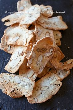 I biscotti easy with egg whites and almonds, needs translation. Italian Biscuits, Italian Cookies, Italian Desserts, Italian Recipes, Biscotti Cookies, Cake Cookies, Biscotti Friabili, Cookie Recipes, Snack Recipes