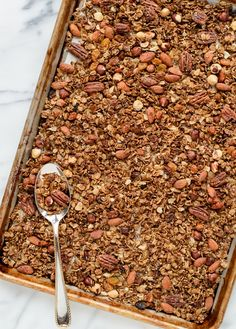 An easy, healthy homemade gingerbread granola recipe. Vegan, gluten free, and absolutely addictive, this granola recipe will be an instant favorite! Breakfast And Brunch, Breakfast Ideas, Gingerbread Granola Recipe, Gingerbread Recipes, Gingerbread Cake, Christmas Breakfast, Christmas Brunch, Christmas Baking, Healthy Recipes