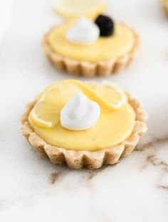 Sweet and tangy mini lemon tarts with buttery shortbread crusts and simple lemon curd filling are delicious and adorable spring and summer desserts! Includes a recipe for homemade lemon curd, or you can use pre-made lemon curd for super easy tarts. Mini Lemon Tarts, Lemon Curd Tart, Lemon Curd Recipe, Mini Tart, Easy Lemon Tart Recipe, Lemon Curd Uses, Easy Tart Recipes, Mini Fruit Tarts, Lemon Slice