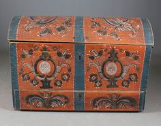 Liten rosemalt kiste med rød bunnfarge, skuff under, eierinitialer og dat. 1825. L: 100 cm. Noen små skader, mangler nøkler. Prisantydning: ( 3000 - 4000) Solgt for: 6800