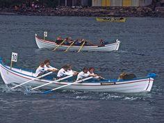 Charlie Kellogg Seguir Festival Miðvágur D0104clsr  Competição de remo com barcos tradicionais das Ilhas Faroé, Dinamarca, no festival Miðvágur (Vestanstevna).  Fotografia: Charlie Kellogg no Flickr.