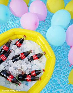 Decorating Ideas for a Pool Party - Planning a pool party this summer? See decorating ideas to make the party even more fun. Pool Party Drinks, Pool Party Themes, Pool Party Kids, Pool Party Decorations, Kid Pool, Party Ideas, Water Party, Flamingo Party, Festa Party