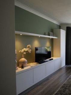 Maatwerk wandkast of TV meubel, hoe u het ook noemen wil. De kast biedt voldoende bergruimte en heeft tevens fraaie plankjes om uw dierbare herinneringen op te etaleren. De hoekkast fungeert als roomdivider. De ingebouwde spotjes met dimmer zorgen voor een sfeervolle verlichting.