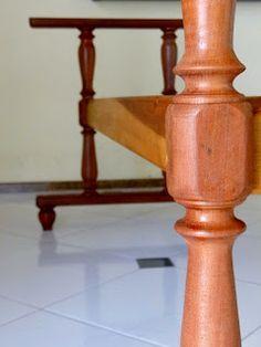 Detalhe do suporte do tampo de mesa para guardar objetos, pés torneados em madeira de demolição.