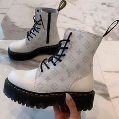 Idée de tenue - Streetwear - Nike Sweat - Outfit - Best Long boots outfit - Ways to Wear Boots The Definitive Guide Lv Boots, Shoe Boots, Shoes Heels, Kicks Shoes, Fancy Shoes, Me Too Shoes, Trendy Shoes, Sneakers Fashion, Fashion Shoes
