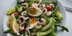 Lækker salat med æg, rejer og grønne asparges