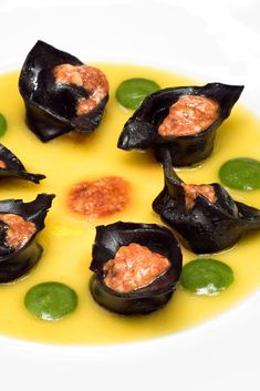 This unique mussel tortelli recipe from Michelin-starred chef Eugenio Boer is served in a saffron-tinted potato cream and topped with sea urchin emulsion. A Food, Food And Drink, Michelin Star Food, Clean Eating, Healthy Eating, Italian Chef, Eat Pray Love, Sea Urchin, Kitchens