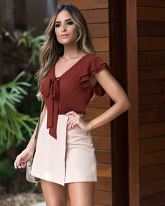 A imagem pode conter: 1 pessoa, em pé Plazzo Pants Outfit, Trendy Outfits, Fashion Outfits, Moda Chic, Blouse And Skirt, Trendy Tops, Office Outfits, Western Wear, Chiffon Dress