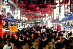 Chinatown Street Market - Salah satu tempat belanja murah meriah yang berada di singapore, kamu bisa menemukan barang-barang unik seperti fashion, perhiasan, kosmetik, jam tangan, mainan, makanan enak, pernak pernik rumah dengan harga terjangkau disini, serta juga tidak ketinggalan  tidak ketinggalan restaurant Chinese food yang menawarkan hidangan yang sangat menggugah selera. #SGTravelBuddy