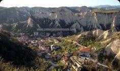 Melnik_Bulgaria é a menor cidade da Bulgária, sendo importante patrimônio histórico do país.  www.comospesnomundo.com