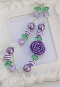 Purple and very sparkly! This necklace is made with size gumball beads. Little Girl Jewelry, Kids Jewelry, Cute Jewelry, Beaded Jewelry, Jewelry Ideas, Chunky Bead Necklaces, Chunky Jewelry, Chunky Beads, Lavender Roses