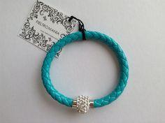 Original pulsera de cuero trenzado con cierre redondo de imán y piedras strass. Color azul.