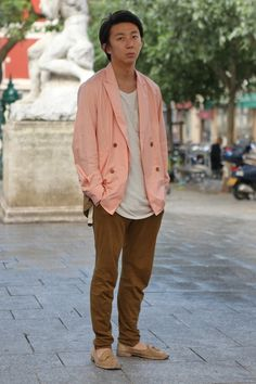 We have also seen peach as a reoccurringcolour for menswear this season and here it isperfectlydisplayed in a harmonious balance with tobacco brown.  WGSN street shot, #PFW