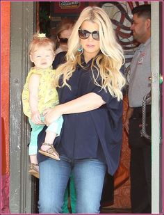 Pregnant Jessica Simpson & Family Out For Lunch