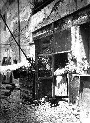 1925 Mujer en la entrada de una vivienda.