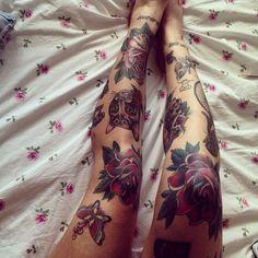Resultado de imagem para tatuagem de rosa no joelho