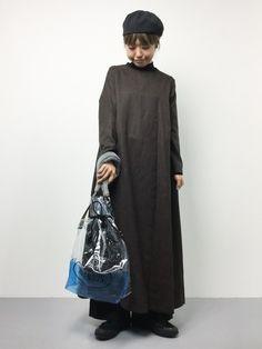 シンプルなゆるワンピにビニールのファー付きバッグでカジュアルに。