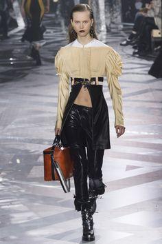 Neste coordenado da coleção Fall/Winter 2016 Ready-to-Wear da marca Louis Vuitton podemos observar algumas referências ao período Romântico. A maga presunto que atribuiu volume à parte superior do braço e o decote à barco denunciam essas referências.