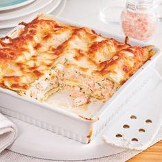 Easy-to-make salmon lasagna - Caty& recipes - A creamy lasagna with large pieces of salmon that provides a good dose of comfort! Vegetarian Crockpot Recipes, Pureed Food Recipes, Fish Recipes, Seafood Recipes, Meat Recipes, Cooking Recipes, Lasagna Recipes, Food Porn, Gastronomia