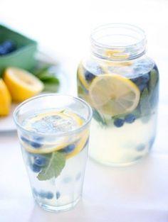 Infused water: citroen, blauwe bessen en munt.