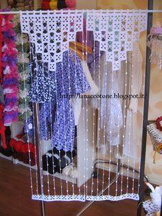 Piccole tendine all'uncinetto, ho usato un cotone n°12 e un uncinetto da 1,25mm. Non ho seguito schemi, ma non sono un mio modello, mi sono... Crochet Alphabet, Crochet Art, Filet Crochet, Crochet Motif, Crochet Doilies, Crochet Flowers, Crochet Patterns, Crochet Curtain Pattern, Crochet Curtains
