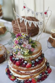 afternoon tea wedding with a naked cake Country Wedding Cakes, Wedding Cake Rustic, Rustic Cake, Wedding Vintage, Cake Wedding, Easy Wedding Cakes, Wedding Cake Bunting, Vintage Style, Wedding Cupcakes