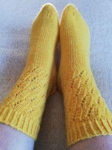 Kiehkurat-keltaiset pitsisukat 2 Wool Socks, My Socks, Knitting Socks, Marimekko, One Color, Colour, Mitten Gloves, Needlework, Knitting Patterns