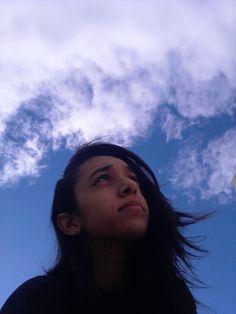 GRAMAS DE ALGODÃO. Olho para o céu, olho para o futuro e tento prever o que está à minha espera. Um dia vou viver em uma grande e velha cidade onde eu possa sentir o cheiro das nuvens enquanto ando pela grama sem nenhuma placa dizendo onde devo pisar. Marcele Wichan, 1002