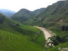 El norte de Vietnam es de esos lugares en los que el tiempo parece detenerse y permite al viajero sorprenderse con los habitantes de este milenario país, admirando su histórico pasado, el caos de s...