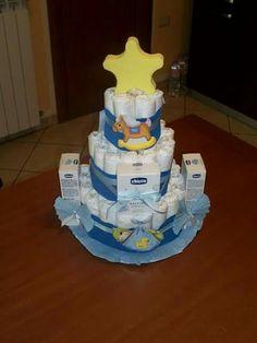 Torta di pannolini con prodotti diapers cake