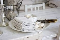napkins Vintage Country, Modern Country, Shabby Chic Decor, Vintage Decor, Romantic Kitchen, White Cottage, Living Styles, Cottage Interiors, Shades Of White