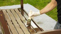 Experten raten beim Beizen von Holzmöbeln von der Verwendung eines Pinsels ab. (Quelle: imago/Westend61)