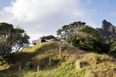 Image 18 of 18 from gallery of Castle Rock Beach House / Herbst Architects. Photograph by Herbst Architects Castle Rock, New Zealand Architecture, Residential Architecture, Landscape Architecture, Organic Architecture, House Architecture, Casa Do Rock, New Zealand Beach, Architecture Wallpaper