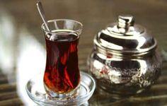 Picture of a typical Turkish tea glass, served in Istanbul, Turkey. Turkish Apple Tea, Turkish Coffee, Green Diet, Peasant Bread, Sbs Food, Tea Brands, Tea Pot Set, My Cookbook, Turkish Recipes