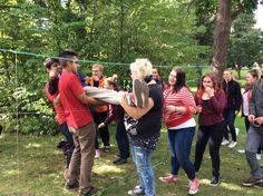 Felmanninpuistossa seitti-rastilla täytyi päästä narujen läpi toiselle puolelle osumatta niihin. Muiden ryhmäläisten apua tarvittiin, jotta pääsi ylemmistä rei'istä.