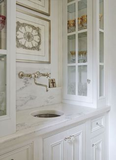 French butler& pantry boasts white base cabinets accented with raised panel. Smart Kitchen, Kitchen Butlers Pantry, Corner Sink Kitchen, Butler Pantry, Easy Home Decor, Cheap Home Decor, Layout Design, Design Ideas, Pantry Inspiration