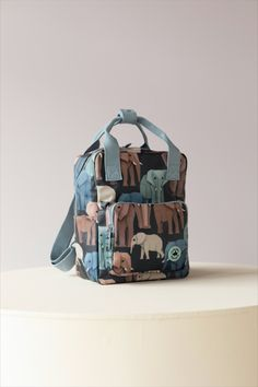 Studio Ditte backpack with wise elephants. Together the elephants form a beautiful color palette on a dark blue background. Nice sturdy backpacks for boys and girls who are going to school or daycare for the first time. On the inside of the bag you will find a pocket over the entire back that closes with velcro. The main compartment is spacious and has a reinforced bottom, which keeps the bag in good shape. You can store a surprising amount of stuff in this backpack. #backtoschool #backpack Case Studio, Boys Backpacks, Dark Blue Background, Pet Bottle, Penguins, Back To School, Boy Or Girl, Recycling, Pets