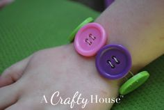button bracelet-great idea as a giveaway for a Lalaloopsy birthday theme.but could be good for any girl party in the right colors Lalaloopsy, 6th Birthday Parties, Birthday Fun, Birthday Ideas, Projects For Kids, Crafts For Kids, Party Planning, Button Bracelet, Party Time