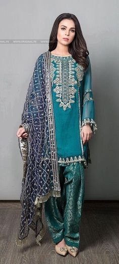 Maria B Suit Green Evening Wear 2017 Price in Pakistan famous brand online shopping, luxury embroidered suit now in buy online & shipping wide nation. Shadi Dresses, Pakistani Formal Dresses, Pakistani Party Wear, Pakistani Couture, Pakistani Dress Design, Pakistani Outfits, Indian Dresses, Indian Outfits, Party Wear Dresses
