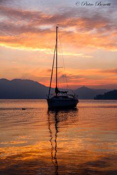 Sulle onde di un colorato inverno - Cullati dalle onde del lago in una mattina invernale,con colori da fiaba.