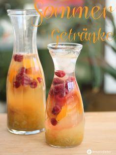 Sommergetränke: Cocktails und Drinks für den Sommer. Himbeer Rhabarber Bowle mit Orangen