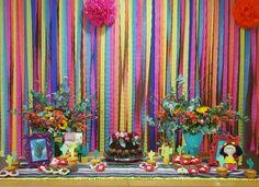 mesa principal da festa mexicana, montamos este painel bem colorido para valorizar o tema, caprichando nos detalhes de tags e cactos de papel com desenho exclusivo, embalagens para docinhos em forma de flor e porta retrato
