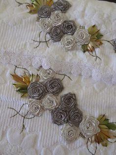 LOY HANDCRAFTS, TOWELS EMBROYDERED WITH SATIN RIBBON ROSES: CONJUNTO DE TOALHAS - BANHO E ROSTO (flores de cetim bordadas) - PODEM SER LAVADAS NA MÁQUINA!
