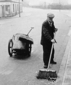 Street sweeper, Glasgow, was an everyday sight during most of the century. Old Pictures, Old Photos, Road Sweeper, Glasgow Museum, Retro Photography, Glasgow Scotland, Black And White Pictures, Historical Photos, The Past
