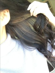 下半分の髪の毛にメッシュ 巻き髪やアップスタイルにするとさり気なく見える✨ グラデーションよりも落ち着いた雰囲気になりました #黒髪#メッシュ